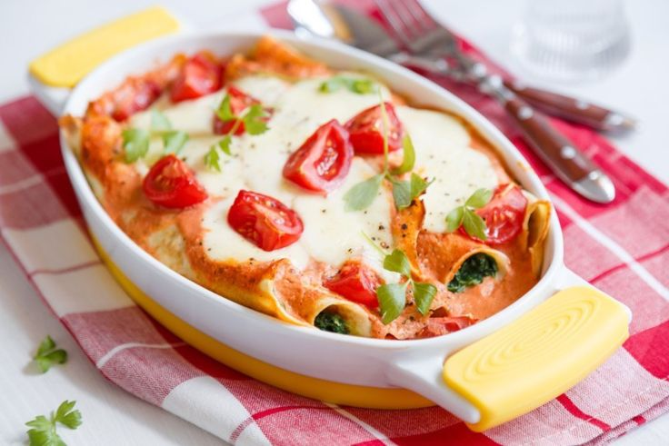 Zapékané pokrmy jsou prostě báječné. Když si vyberete vhodný pekáček, můžete servírovat přímo na stůl. My vyzkoušeli zapečené palačinky, naplněné špenátem a přelité lahodnou rajčatovou omáčkou pod plátky mozzarelly.