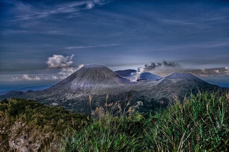 Pesona alam dari Gunung Lokon di pagi hari. Gunung berapi yang terletak dekat Kota Tomohon, Sulawesi Utara