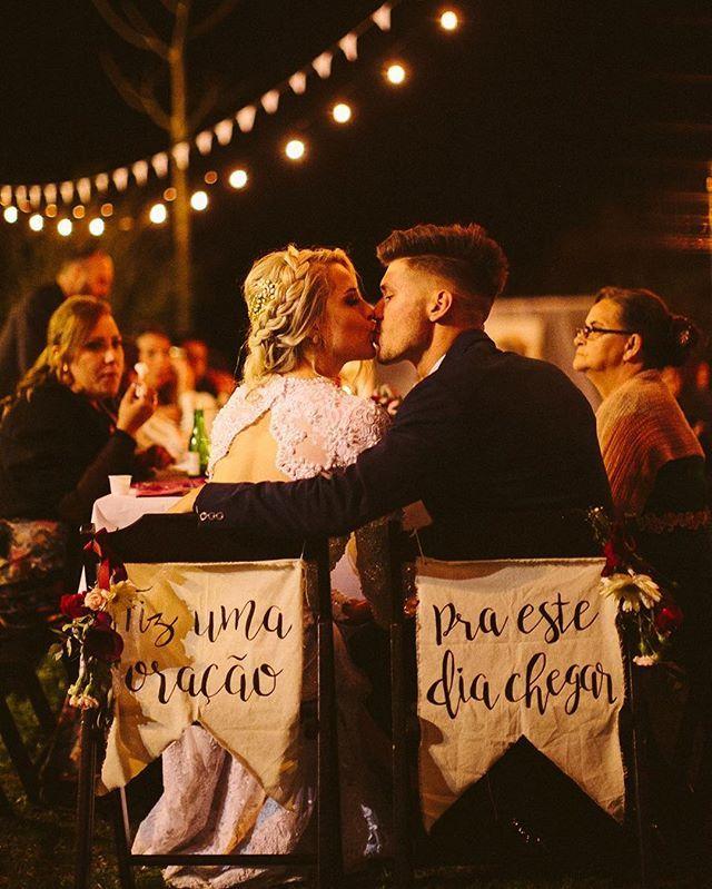 """Um dos momentos mais esperados e mais importantes do casamento da Carina e do Erick foi o momento do BEIJO: """"No primeiro ano de namoro escolhemos não nos beijar até o dia do casamento como uma oferta a Deus, então aquele momento era como o primeiro beijo, foi a coisa mais extraordinária ter todos curtindo com a gente e ouvir meu pai dizer: Vos declaro marido e mulher, pode beijar a noiva."""" ➡️Que casamento emocionante e cheio da presença de Deus! Vem ver mais e se apaixonar por todas as fotos…"""