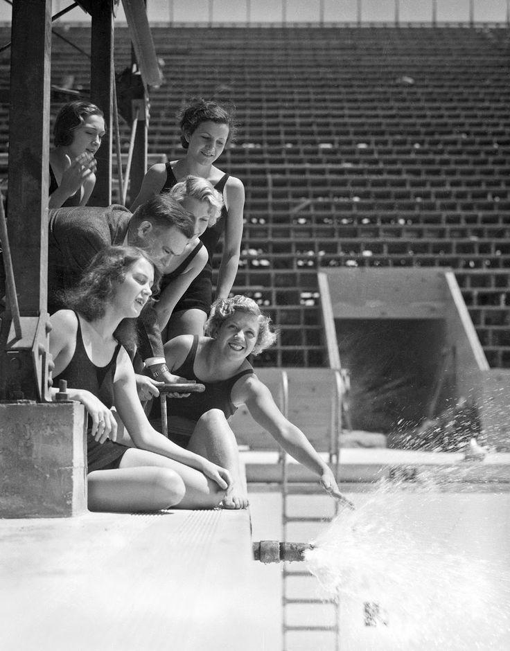 La photo a été prise lors d'une séance organisée lors de l'inauguration et du remplissage de la piscine des Jeux Olympiques de Los Angeles en 1932.  Les jeunes femmes sont les nageuses George Coleman, Dorothy Poynton, Jennie Cramer, Olive Natch et Marion Dale Roper.