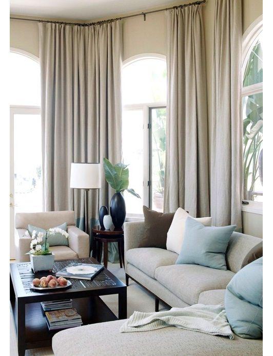 SALA DE ESTAR. Cortinas que vão do teto até o chão e não cobrem somente as janelas. Gosto também das cores naturais e suaves.