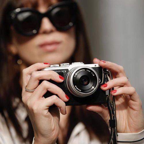 Kombinace stylového podpůrného pouzdra a ramenního popruhu vyrobené z pravé kůže dodá vašemu fotoaparátu Olympus PEN zcela nový vzhled a podtrhne váš osobitý styl. V nabídce ve třech barvách. #olympus #olympuspengeneration #epl8 #mujolympus #mzuiko #mzuiko17mm #blogger #fashion #camera #accessories via Olympus on Instagram - #photographer #photography #photo #instapic #instagram #photofreak #photolover #nikon #canon #leica #hasselblad #polaroid #shutterbug #camera #dslr #visualarts…
