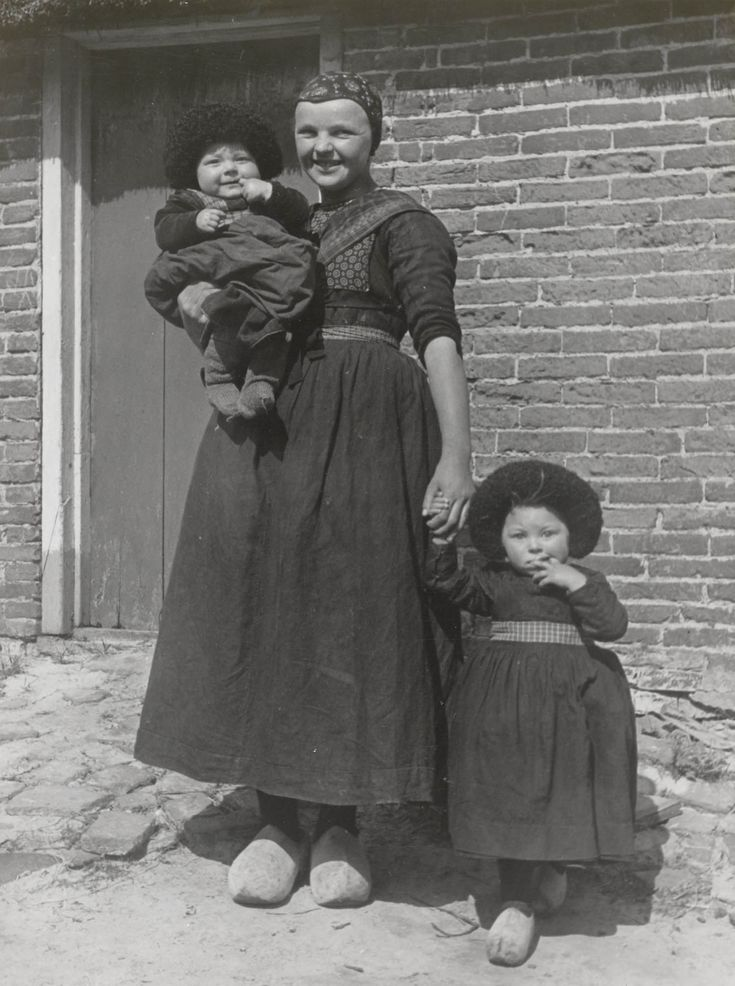27 sept 12 [Staphorst, Aaltje Tromp, Jentje and Rensje Smit in mourning, photo by J.A. van Beelen 1944]