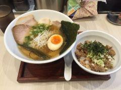 大阪であっさり系のラーメンが食べたいと思ったら谷町の人生夢路徳麺がおすすめだよ 無添加にこだわって澄んだ色のスープが魚介の旨みがよく引き出されていて旨い 使っている麺は中太の自家製麺で喉越しの良さが特徴 綺麗な印象の店だから女性でも一人で入りやすい雰囲気もいいね tags[大阪府]