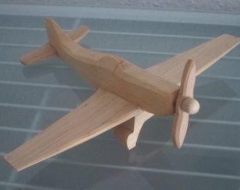 NUEVO - no comercialmente disponible!  Aeroplano modelo de casa  Un aire hermoso, muy realista, estable de naturales madera y sólida madera verdadero a mano!  La aeronave se hizo con mucho cuidado, hay ningunos filos o conjunto áspero. Recrea fielmente el original.  Plano del modelo con dos hélice movible.  Longitud aprox. 24 cm, altura aprox. 21 cm, ancho aprox. 5,5 cm  ADVERTENCIA: no apto para niños menores de 3 años de edad, debido a piezas pequeñas de peligro. Almacén de información…