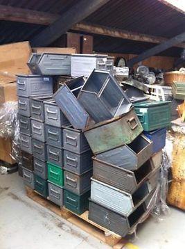 Oude metalen bakken / stapelbakken / industriële blikken