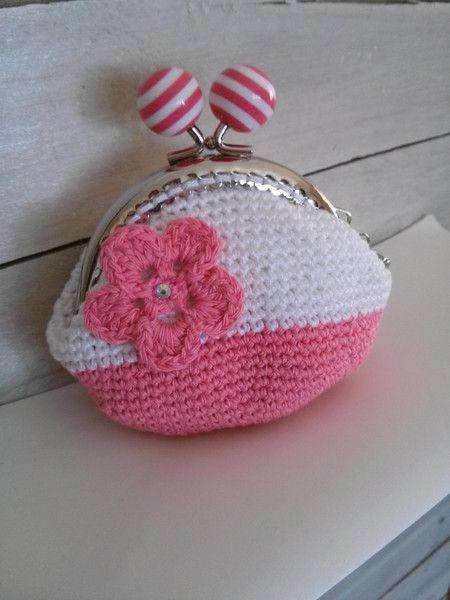 Portamonete bianco e rosa con fiore e charms di Un Cesto di Gomitoli su DaWanda.com