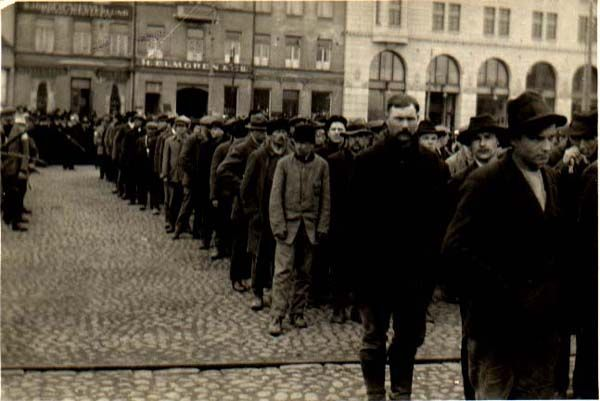 Punavankeja odottamassa kuljetusta Viaporiin 1918.