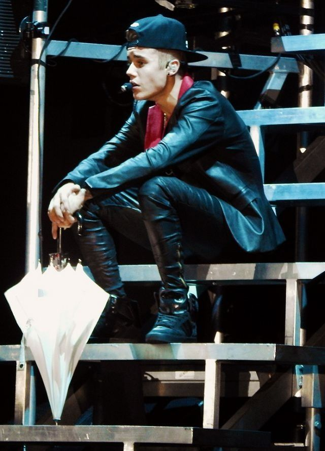 """justin bieber. believe tour. I REMEMBER THIS UMBRELLA SCENE! He was singing """"catching feelings"""" ❤"""