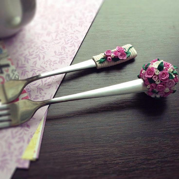 «Варианты украшения цветами. #назаказ #ручнаяработа #продажа #подарок #вкуснаяложка #вкусныеложки #полимернаяглина #полимерная_глина #вилка #ложка…»