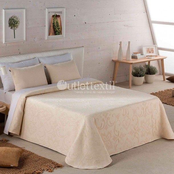 Colcha CELIA Sandeco. Con esta sencilla colcha podras vestir tu cama de una forma elegante, gracias a una sutil cenefa que cubre todo el diseño de la misma. Renueva tu ropa de cama fácilmente.