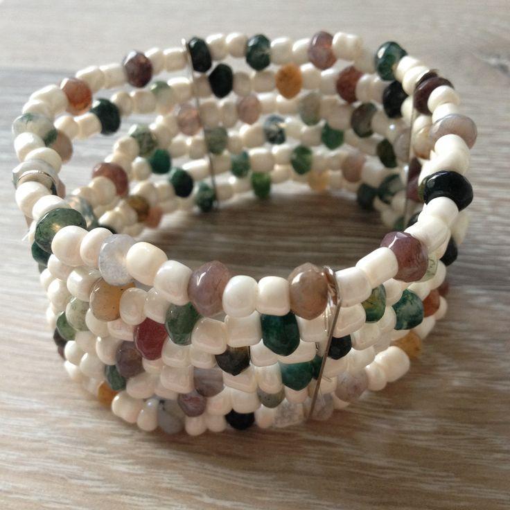 Divider armband van 6*4mm mos agaat met met daartussen 4mm opaal witte rocailles. Van JuudsBoetiek, te bestellen op www.juudsboetiek.nl.