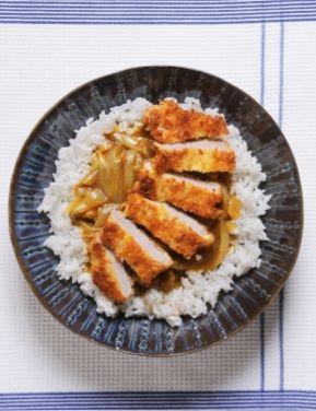 Recette Curry de porc pané comme au Japon : Émincez les oignons. Faites-les blondir dans une sauteuse, avec 1 cuil. à soupe d'huile. Ajoutez 1/2 litre d'eau et les carrés de curry que vous faites fondre dans l'eau en tournant. Laissez mijoter 10 mn.Fouettez les œufs dans une assiette creu...