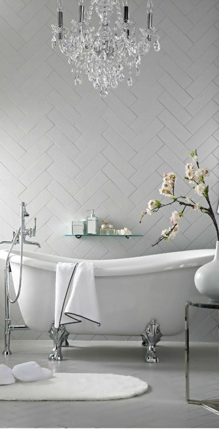 salle de bain de luxe grise avec baignoire ancienne et robinetterie ancienne