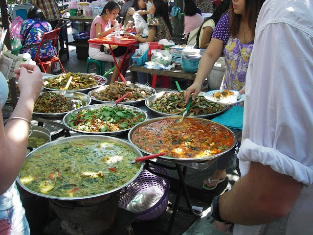 Lunch time on the streets of Bangkok - fantastic !