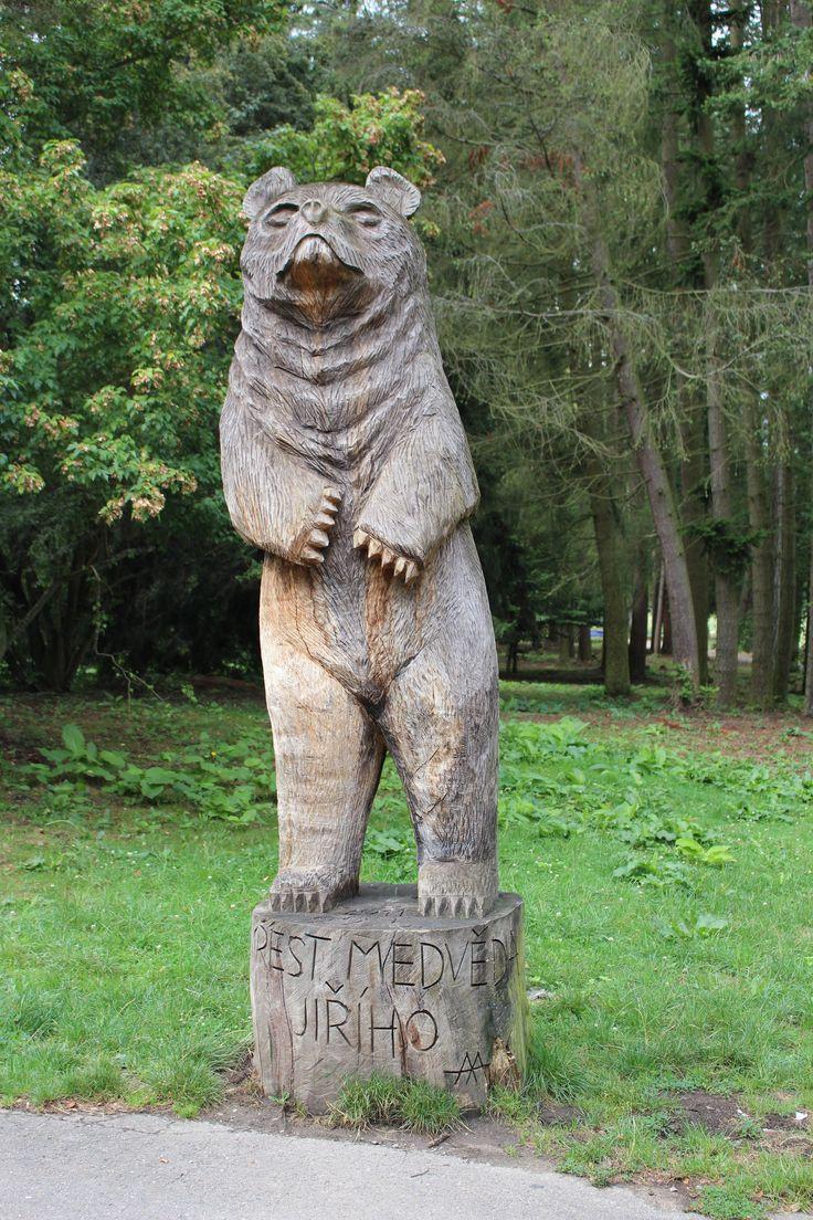 Zámecký park. Památník medvěda Ondřeje