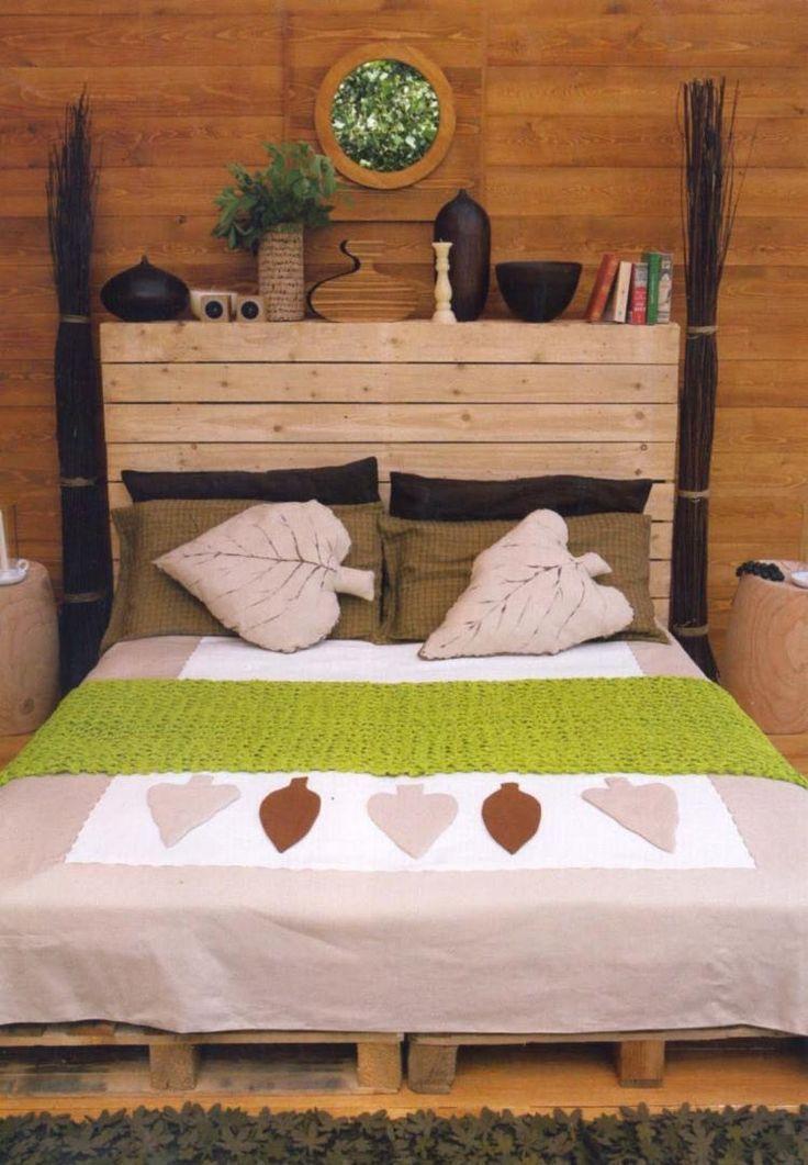 chambre exotique avec lit et tête de lit en palettes Europe