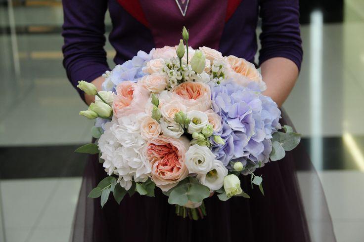 нежный букет невесты с гортензией и пионовидной розой джульет. Gentle bouquet of the bride with hydrangea and pion-shaped rose juliet