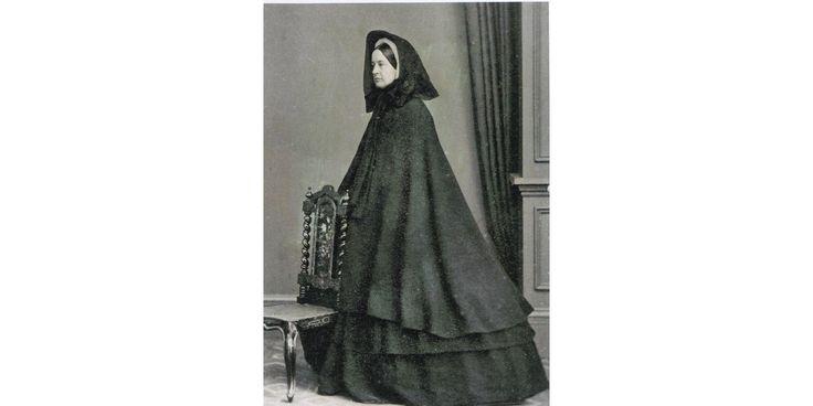 """Así """"vivían"""" la muerte en la Era Victoriana- Mujer de luto riguroso, hacia 1864"""