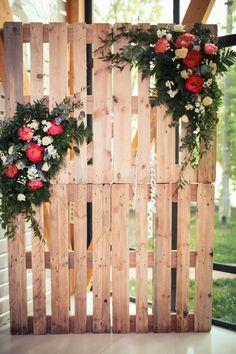 Precioso photocall adornado de flores y construido con palets #diy #flores #bodas #wedding