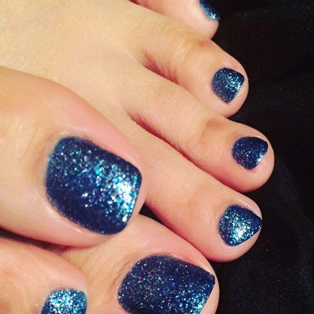 最近夏に近づいて 足先出る靴履けるようになってきたからフットネイル〜♡ やっぱ青好き: ) #ポリッシュ #セルフネイル #ネイル #青 #ラメ #ブルー #フットネイル  #ポリッシュネイル #すき  靴づれのお豆は見ずにパッと見で笑