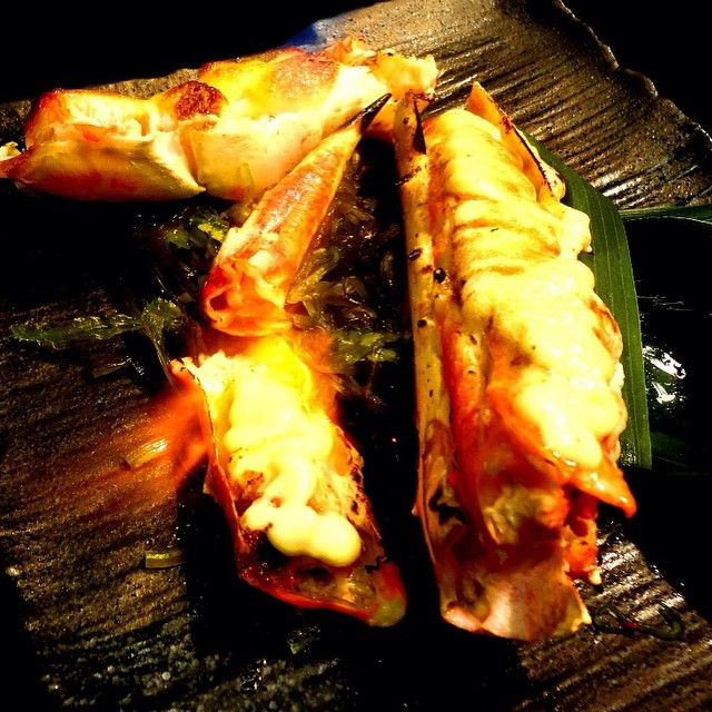 Can you see the fire from blow torch, sizzling the wasabi mayo on the top of meaty giant king crab leg? (^_−)☆