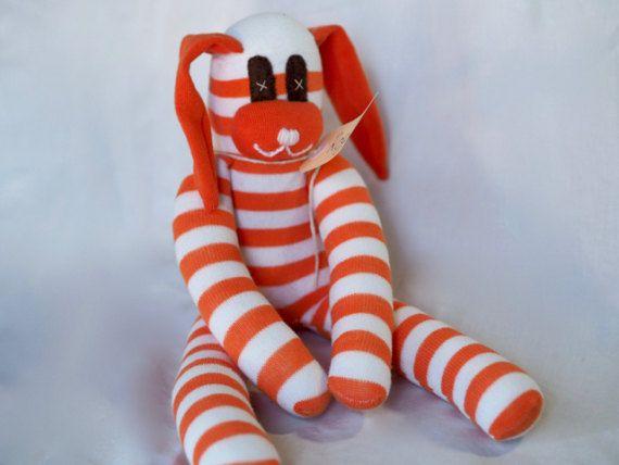 Roger Rabbit is handgemaakt met nieuwe sokken en is een perfecte gift voor kinderen! Dit snoezige gevulde, pluche, zacht speelgoed sok dier zullen een geliefde baby cadeau. Met grabbable lange ledematen en floppy oren, is dit speelgoed bestemd voor een favoriet in de armen van je heel gelukkig kind!  Hier zul je hun meest favoriete cadeau-gever!  Onze sock monkeys en zacht stuk speelgoed dieren zijn handgemaakt in onze rook vrij, huisdier gratis huis met behulp van schone nieuwe sokken en…
