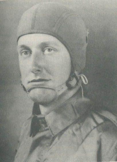 """En agosto de 1940, el ejército de Estados Unidos testeaba los primeros modelos de paracaídas en Fort Benning, Georgia. Durante el primer salto masivo, el soldado Aubrey Eberhardt decidió demostrar que no estaba cegado de terror. Inspirado en un western que había visto la noche anterior en el Main Post Theatre, gritó """"Gerónimo"""" al saltar.  Fue tal sus energía, que incluso los observadores en tierra firme lo escucharon, dando así el grito que perdura hasta hoy."""