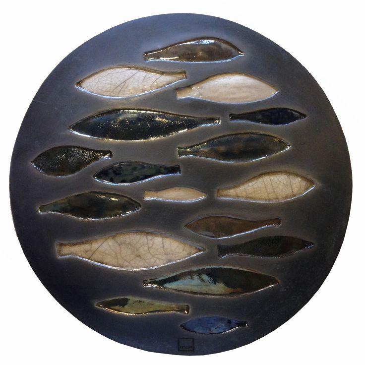 scudo con pesci impressi in ceramica raku