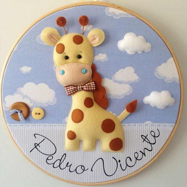 Enfeite para porta de maternidade em bastidor com tema de Girafa Safári. Pode ser feito nas cores e estampas que preferir. Confeccionado em feltro e tecido 100% algodão. Medida: cerca de 30 cm de diâmetro