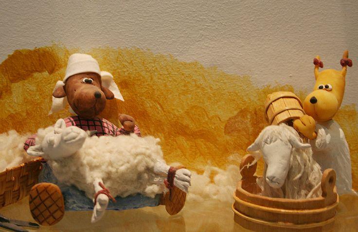 Lampaiden peseminen ja keriminen käy tytöiltä sutjakasti. Lampaatkin näyttävät tyytyväisiltä.  Oulu (Finland)
