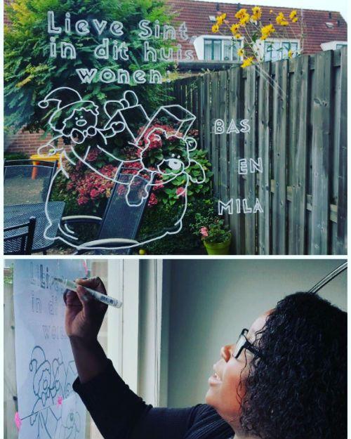 Laat Sint zien wie er in het huis woont met deze raamversiering/raamdecoratie. Een DIY raamtekening voor sinterklaas die je voor een klein prijsje download.  Deze tekening is gemaakt door blogger MamyLou!