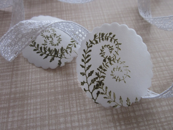 Wit gegomde papieren zegels met prachtige varenbladeren erop gestempeld --- Leuk als sluitzegel op een envelop, etiketten of op cadeau's. €2,95, via Etsy.