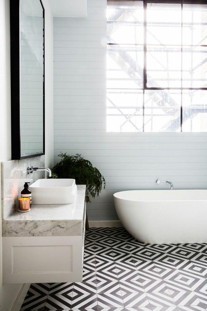 carrelage noir et blanc sur le sol dans la salle de bain