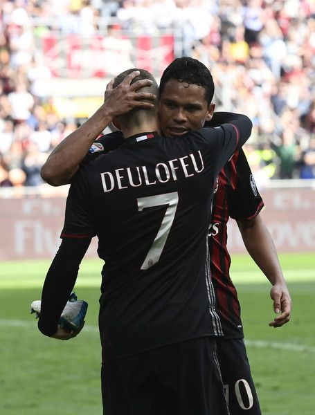AC Milan's Spanish forward Gerard Deulofeu is congratulated by AC Milan's Colombian forward Carlos Bacca after scoring during the Italian Serie A football match AC Milan vs Palermo at the San Siro stadium in Milan on April 9, 2017. / AFP PHOTO / MIGUEL MEDINA