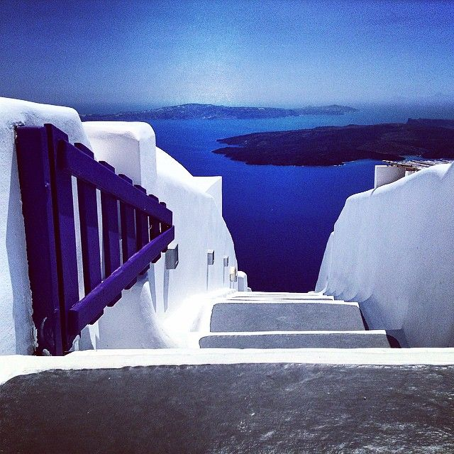 Right from the town to the amazing blue of the #AegeanSea! #Santorini Photo credits: @castorsansmousse