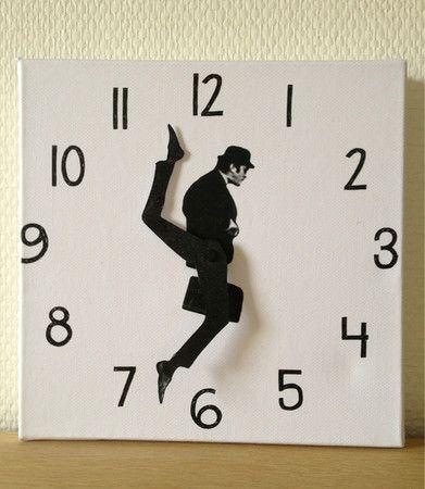 男が忙しく走り回る時計(via Monty Python Ministry of Silly Walks Clock)