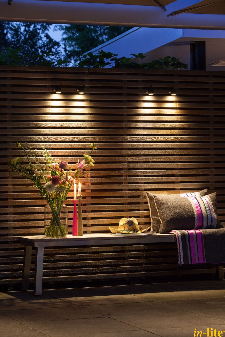 Tuinwand als blikvanger   Buitenspot MINI SCOPE   Buitenverlichting 12V   Houten schutting   Inspiratie   Outdoor lighting