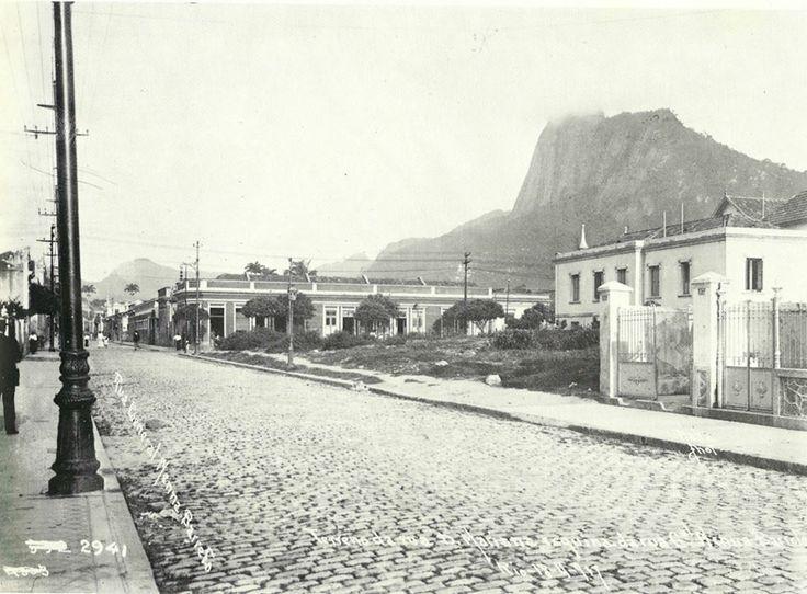 Rua Mena Barreto. 1917. Entre as ruas Dona Mariana (onde está o fotografo) e Sorocaba (essa próxima rua à frente)