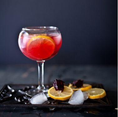 Valentine độc đáo với màu đỏ của Siro hoa quả Hibiscus. http://thaomoc.com.vn/nghe-thuat/item/488-valentine-lang-man-voi-nuoc-cot-qua-hibiscus