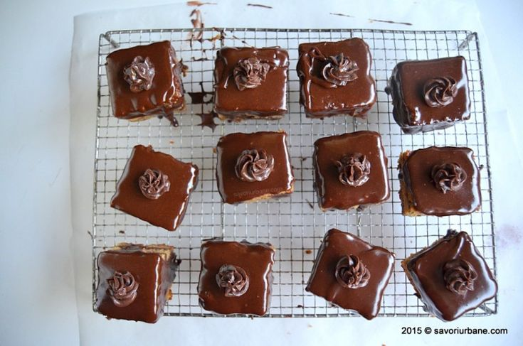Amandine reteta originala de cofetarie. Prajitura Amandina cu crema de cacao si glazura de fondant, cu aroma de rom si blaturi insiropate. Reteta autentica