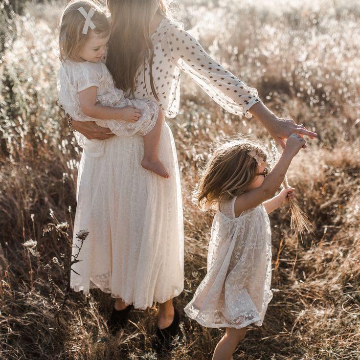 Картинки мама и две дочки со спины