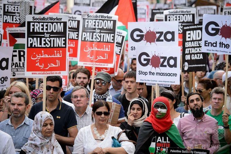 英ロンドン(London)のイスラエル大使館の近くで、イスラエル軍によるパレスチナ自治区ガザ地区(Gaza Strip)攻撃の中止を求めるデモを行う人々(2014年8月1日撮影)。(c)AFP/Leon Neal ▼2Aug2014AFP|「イスラエル軍は攻撃を中止せよ」、世界各地で反戦デモ http://www.afpbb.com/articles/-/3022045 #London #against_Israel