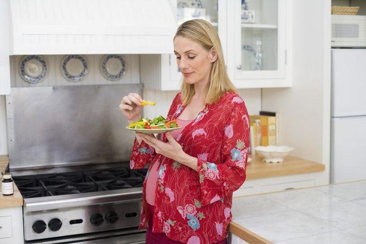Los alimentos ricos en ácido fólico durante el embarazo. El ácido fólico, también llamado folato, cuando se encuentra en los alimentos, es parte del complejo de vitamina B, que puede ayudar a prevenir los defectos del tubo neural, como la espina bífida. Las mujeres en edad fértil que pueden quedar ...