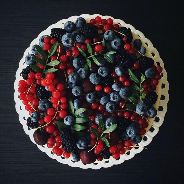 Это сочетание черных и красных ягод и листьев фисташки почему-то напомнило причудливые узоры хохломы❤️ правда похоже?😍