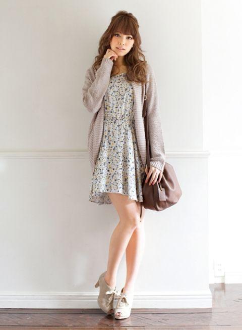 花柄ワンピにざっくり編みのカーディガン♡ゆるふわタイプのファッションアイデア☆参考にしたいふんわりコーデスタイル♪
