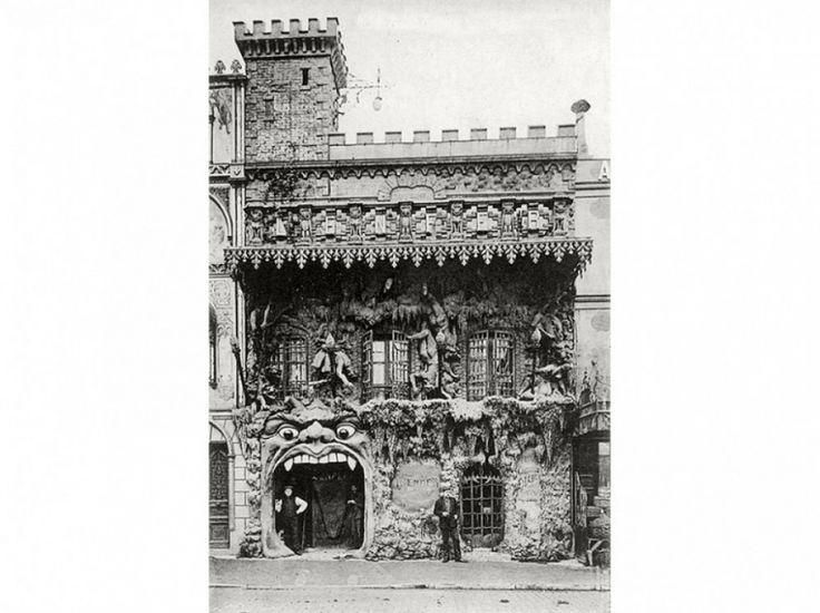 9e arrondissement Le cabaret de l'Enfer, boulevard de Clichy, détruit dans les années 1950. (Léon-Paul Fargue / Parigramme / Compagnie Parisienne du Livre)