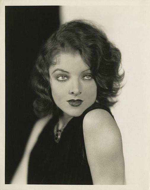 Myrna Loy fue contemplada por el gran divo del cine mudo Rodolfo Valentino, apoyo esencial para su entrada en el mundo del cine a mediados de los años 20