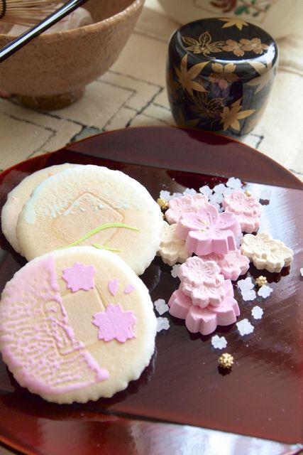 お干菓子。 『京都 俵屋吉富』のふ菓子「清水の四季」。 和三盆は、『京都 寛永堂』の「さくら」です。