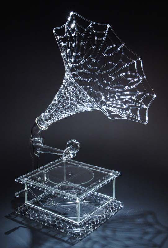 ガラスの蓄音機なんて初めてみた!どんな音になるのかとても興味深いし、綺麗だな、美しいなとおもう。
